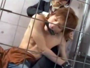 【ゲイ動画】ジャニーズ系ボーイを檻に監禁…目隠しや手枷や口枷をハメて肉体を弄びバックでアナル強姦ww
