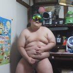 【無修正ゲイ動画】関取のように太ってぽっちゃりとしている男が自宅でオナニーを披露してチンコを一生懸命こき続けるww
