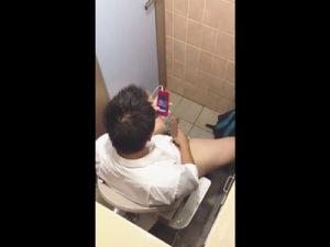 【無修正ゲイ動画】Yシャツを着た男がトイレで動画を見ながらオナニーをしてチンコをしごきまくっちゃうww