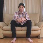 【無修正ゲイ動画】細身の長身な男がソファーに座りながらオナニーをしている姿を見せてくれるww