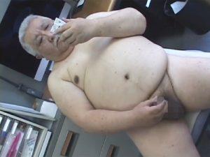 【ゲイ動画ビデオ】社長のような威厳を感じることができるかなり肉々しいぽっちゃり体型の男がオナニー姿を見せてくれちゃうww