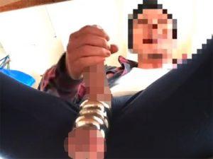 【無修正ゲイ動画】尿道がかなり開ききっている男が手でチンコをしごいてオナニーをしている姿を見せるww