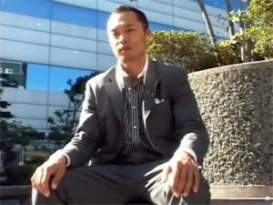 【ゲイ動画ビデオ】中田英寿似のノンケリーマンに密着…事務所でテレクラオナニーしゴーグルマンにフェラされて不覚イキww