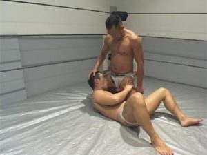 【ゲイ動画】レスリングのリング上でマッチョのアスリート系が戦って技をかけあうと興奮してアナルセックスをし始めちゃうww