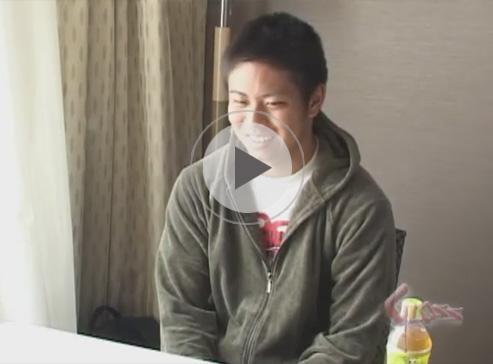 【無修正ゲイ動画】純朴そうなイモ系の素人がベッドの上でオナニーしている姿をプロのカメラで撮影させてくれちゃうww