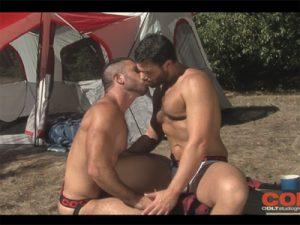 【無修正ゲイ動画】ガチムチの外人の2人がキャンプ中に野外アナルセックスを楽しみ続けるww