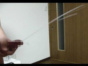 【無修正ゲイ動画】立った状態のままオナホを使ってオナニーをしている男がザーメンを勢いよく飛ばしちゃうww