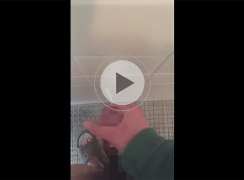 【無修正ゲイ動画】真正包茎チンコを持っている男が立った状態でオナニーをしている姿を披露してくれるww
