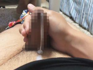 【無修正ゲイ動画】真性包茎の素人がオナニーを個人撮影…皮の隙間を縫って飛び散らずに出てくるエロい濃厚白濁液ww