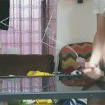 【無修正ゲイ動画】オナニーを全裸でしている男がテーブルに向かって射精して美しい放物線を見せてくれるww
