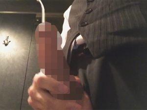 【無修正ゲイ動画】キャバクラで働くボーイが休憩中にトイレでチンポに唾液ローションを塗って太マラをシコシコ…ww