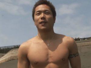 【無修正ゲイ動画】ビーチが似合うマッチョの男がビーチを散歩した後に茂みに隠れながらオナニーをしちゃうww