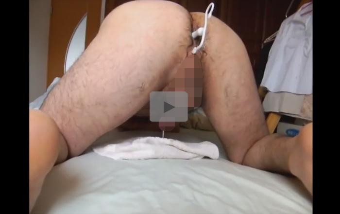 【無修正ゲイ動画】四つん這いでアナルにエネマグラを挿入している男がトコロテンでザーメンを噴射してしまうww