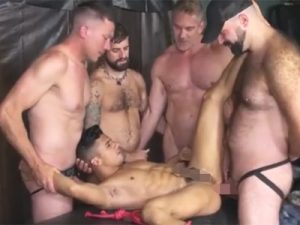 【無修正ゲイ動画】白人が複数の男に羽交い絞めされながら乱交をしてアナルセックスをして大量のおしっこをアナルに出されるww
