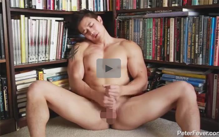 【無修正ゲイ動画】マッチョの外人が書斎で全裸になって筋肉を見せつけながらオナニーをするww
