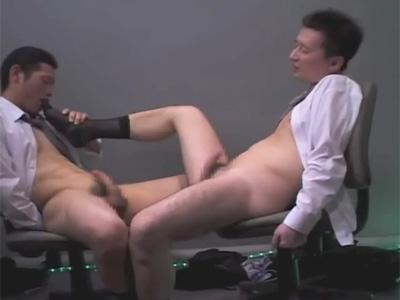 【ゲイ動画】2人のスーツ姿の男がスローなアナルセックスを楽しんでお互いの体をいじりあいながら気持ちよくなるww