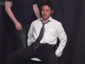 【ゲイ動画ビデオ】体育会系サラリーマンがフェラや手コキで責められイキ顔や射精の瞬間を2カメ撮りするww