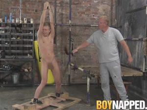【無修正ゲイ動画】白人のイケメンが腕を縛られながら中年の男に犯されてフェラチオされたり手コキされ続けるww