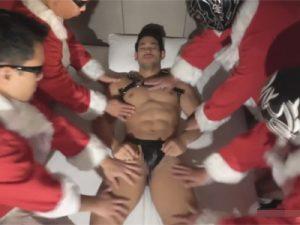 【ゲイ動画ビデオ】クリスマスにサンタからのプレゼント…夢の中で4人組サンタにケツマンと口マンを輪姦されるバルクマッチョww