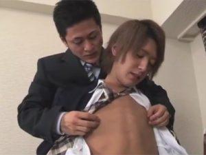 【セックスゲイ動画】学生服を着た長髪のイケメンがイモ系の男といちゃついた後にアナルセックスをするww