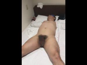 【無修正ゲイ動画】ガチムチ素人おじさんの手足を拘束し目隠しさせてカウパーだらだらの仮性包茎クリチンポを弄ぶww