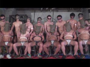 【ゲイ動画ビデオ】緊縛されている男の集団がゴーグルマンの集団に犯され続けて乱交でアナルセックスをしまくるww