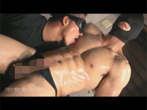【ゲイ動画】無抵抗な色白マッチョを手コキやフェラチオで激責め…約30分に渡り弄ばれ渾身のザーメンを発射するww