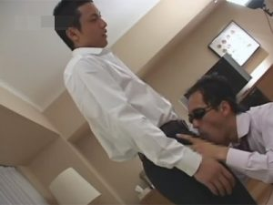 【ゲイ動画ビデオ】スーツ姿のイケメンがゴーグルマンとフェラチオをし合った後にアナルセックスで犯しまくっちゃうww