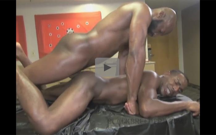 【無修正ゲイ動画】マッチョの黒人たちが力をたっぷりと使いながらハードにアナルセックスを楽しみまくるww