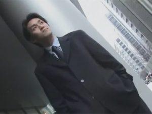 【ゲイ動画】爽やかなサラリーマン素人イケメンがプロの撮影隊に言葉責めをされながらオナニーを見せつけるww