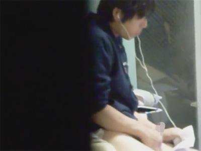 【無修正ゲイ動画】イヤホンをしておかずを見ながらオナニーをしている男の姿が盗撮され続けてしまうww