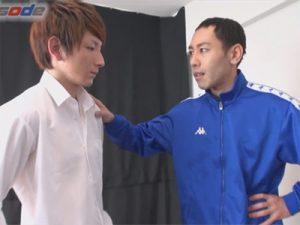 【無修正ゲイ動画】茶髪のスジ筋の男がコーチの男の前で筋トレをしながらチンコを犯されてしまうww