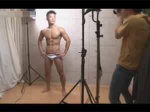 【ゲイ動画ビデオ】21歳の水泳部のアスリート系マッチョが海水浴場でナンパされて手コキやフェラチオをさせられちゃうww