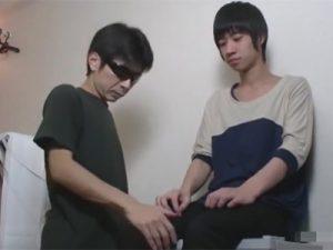 【ゲイ動画】キュートで細身の日本人男性がゴーグルマンにチンコをいじられ続けてザーメン汁を噴射ww