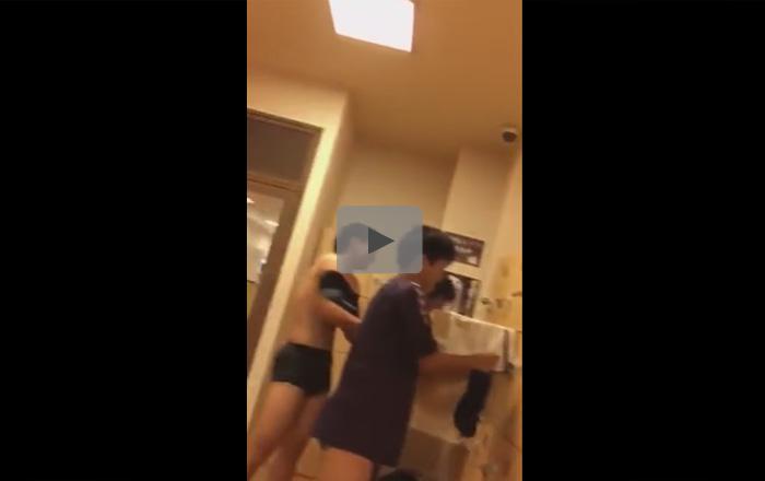 【無修正ゲイ動画】男子更衣室で談笑しながら服を脱いでいる男たちの姿を楽しむことができるww