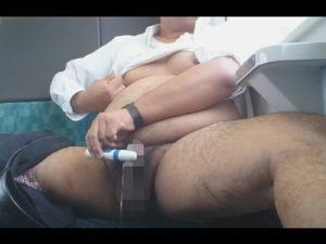 【無修正ゲイ動画】電車の中でぽっちゃり男がローターを使ってオナニーをしている変態的な動画が見られるww