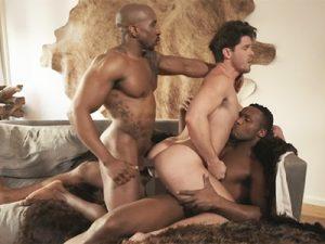 【外人ゲイ動画】白人男性がマッチョな2人の黒人男性に犯され続けてアナルを掘られちゃうww