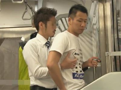 【ゲイ動画】人が少ない地下鉄の中で短髪の男がスーツ姿の男に痴漢をされてアナルセックスもされてしまうww