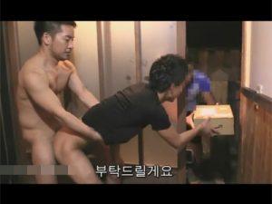 【ゲイ動画ビデオ】宅配便の集荷を依頼した2人の男が集荷をしに来た男の目の前でアナルセックスを見せつけてしまうww