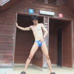 【ゲイ動画】山奥の公衆トイレの前で競泳水着を着た男が水着を脱ぎながらオナニーをするww