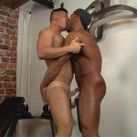 【無修正ゲイ動画】アジア系と黒人の筋トレをしているマッチョの男2人がアナルセックスで愛し合うことになるww