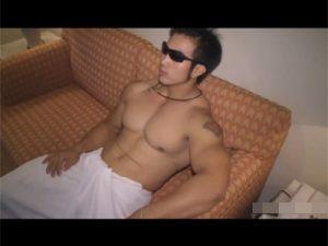 【ゲイ動画ビデオ】背中に大きなタトゥーを入れているオラオラ系のゴリマッチョがオナニーを見せてくれるww
