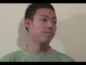 【無修正ゲイ動画】すらっとしたスジ筋の男が立った状態でオナニーをしている姿を見せてくれるww