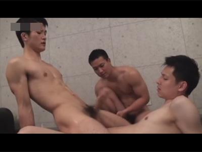 【ゲイ動画】優しそうな顔の男がマッチョの2人の男にアナルセックスをされて犯されまくっちゃうww