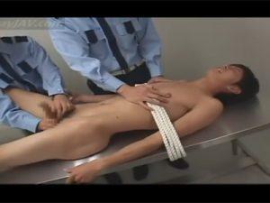 【ゲイ動画ビデオ】刑務所に捕らわれている男が刑務官に拘束状態でチンコをいじられまくってしまうww
