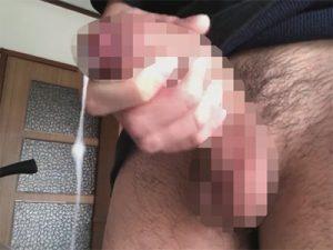 【無修正ゲイ動画】キッチンでオナニーをしている男が下に曲がっているチンコからザーメンを吹き出してしまうww