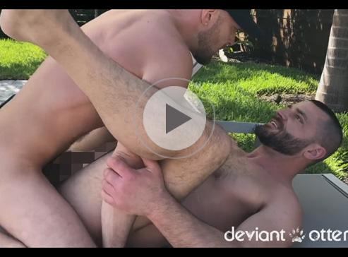 【無修正ゲイ動画】体毛が濃い白人の2人がプールサイドで青姦を楽しんでパコパコし続けるww