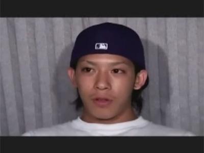 【ゲイ動画】野球の帽子をかぶっているイケメンの素人が車の中でアナルセックスで犯されてしまうww