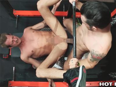 【無修正ゲイ動画】スポーツジムの中でスジ筋の白人2人がアナルセックスを楽しんで大声で喘ぎ続けるww