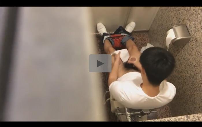 【無修正ゲイ動画】公衆トイレの中でオナニーを楽しんでいる男の姿を覗くことができちゃうww